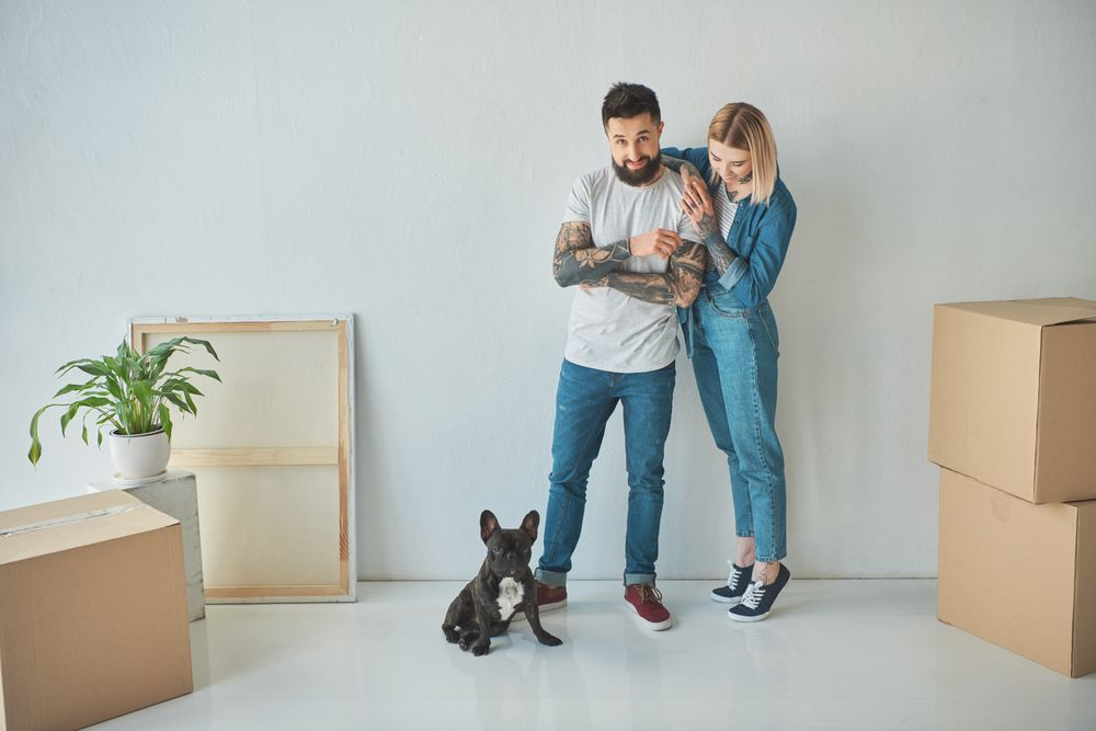Couple dans un appartement vide avec leur chien