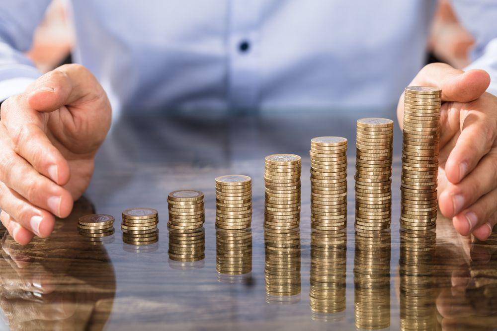Des piles de monnaie ascendantes pour indiquer l'augmentation du profit