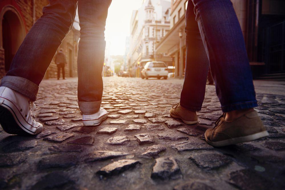 Deux personnes marchent dans la rue