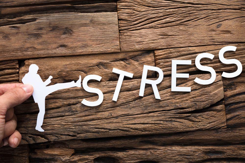Petit bonhomme donne un coup de pied au mot stress