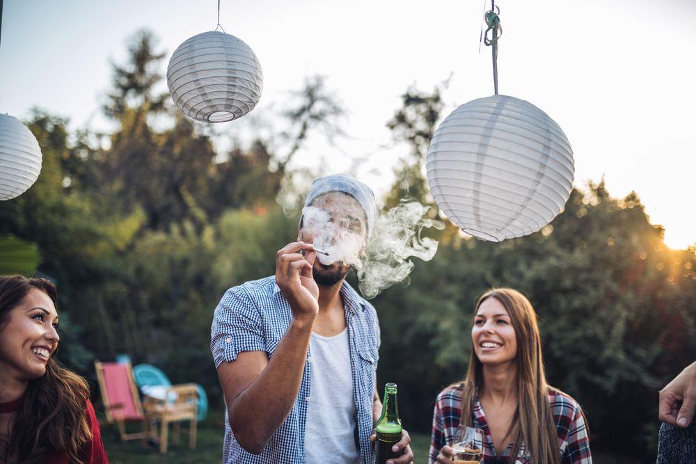 Amis qui fument du cannabis