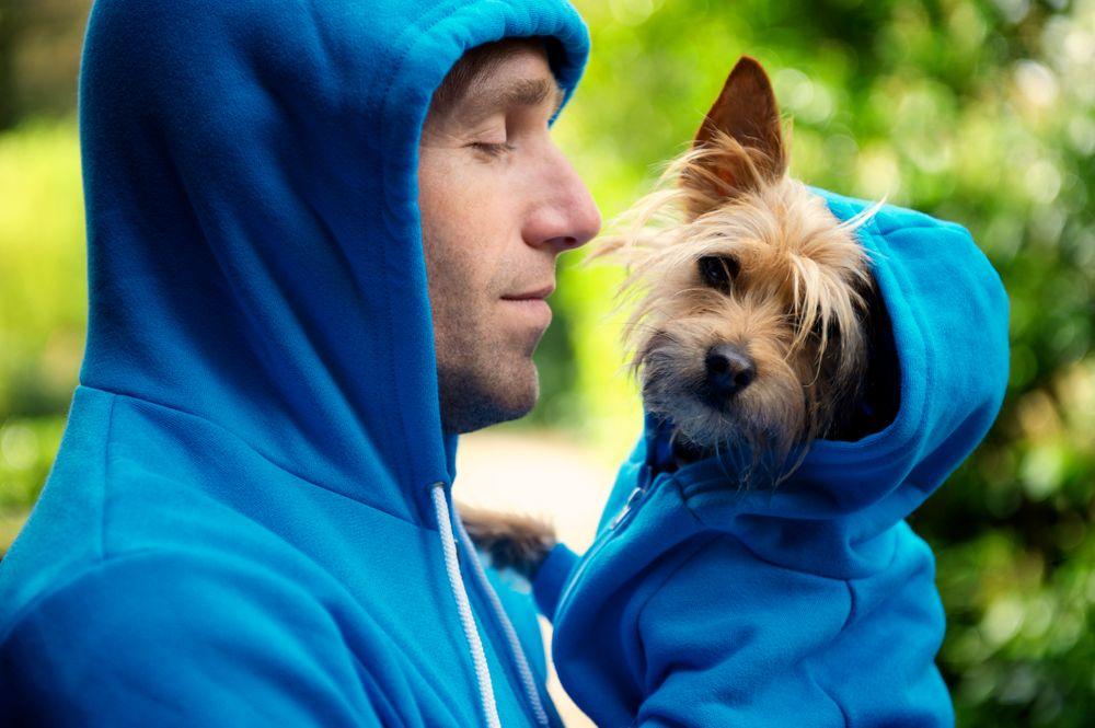 Un homme et un chien dans un coton ouaté bleu