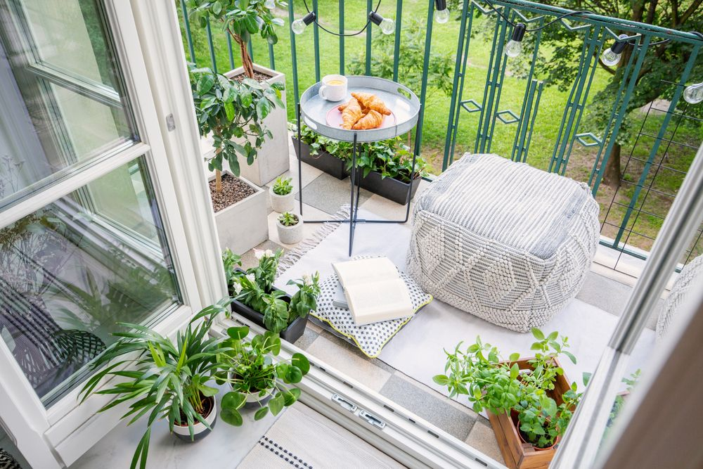 Balcon avec plantes, table et pouf