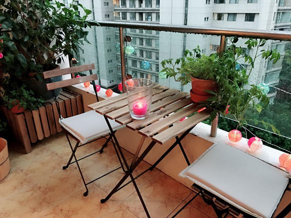 Balcon avec table et guirlande de lumière