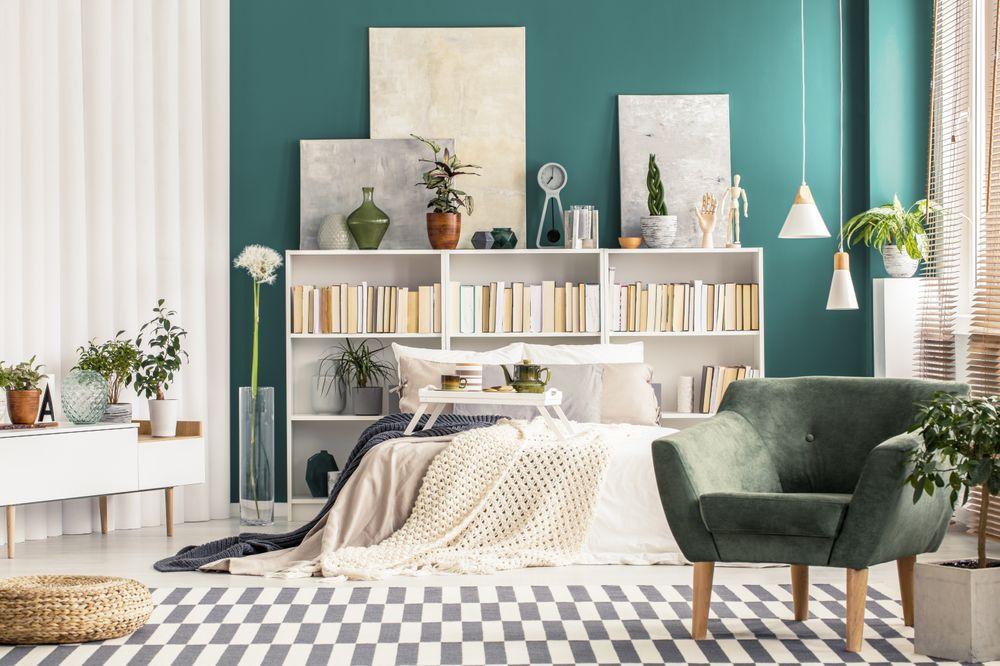 Appartement personnalisé avec mur accent turquoise