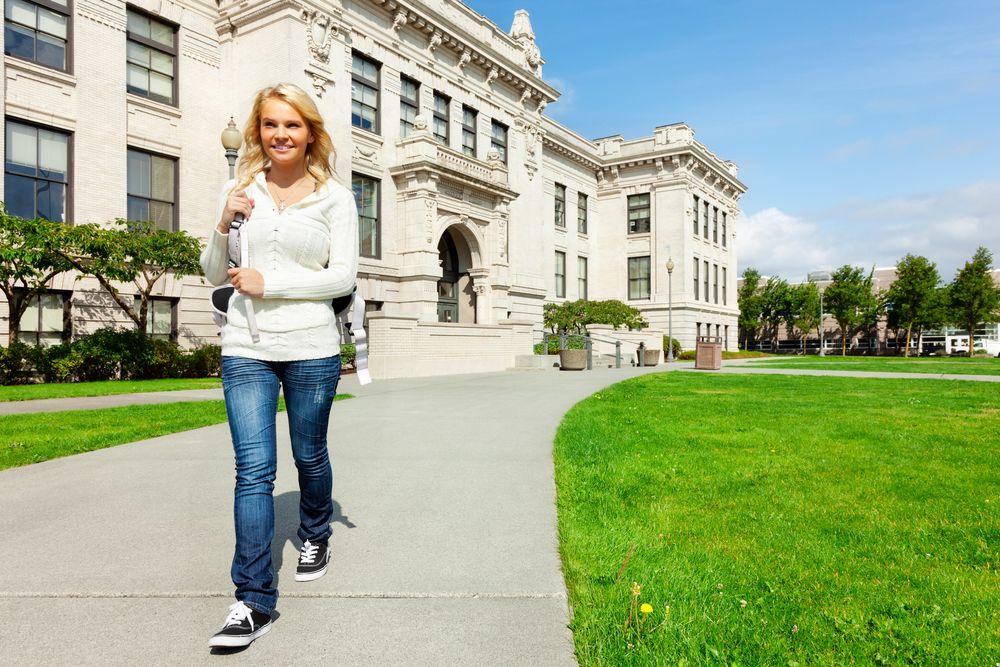 Jeune femme visitant cégep ou université