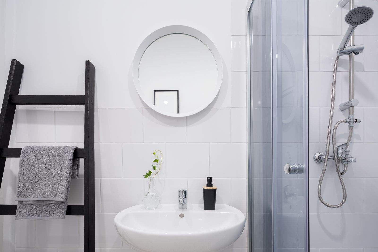 échelle-séchoir noire décoration salle de bain