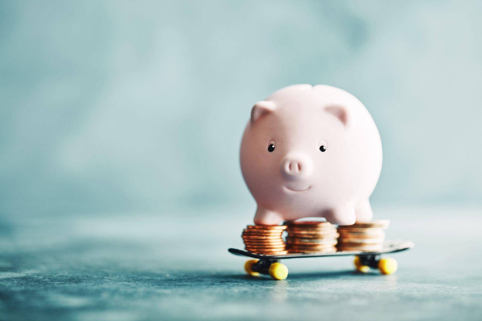 banque cochon rose roulant sur de la monnaie