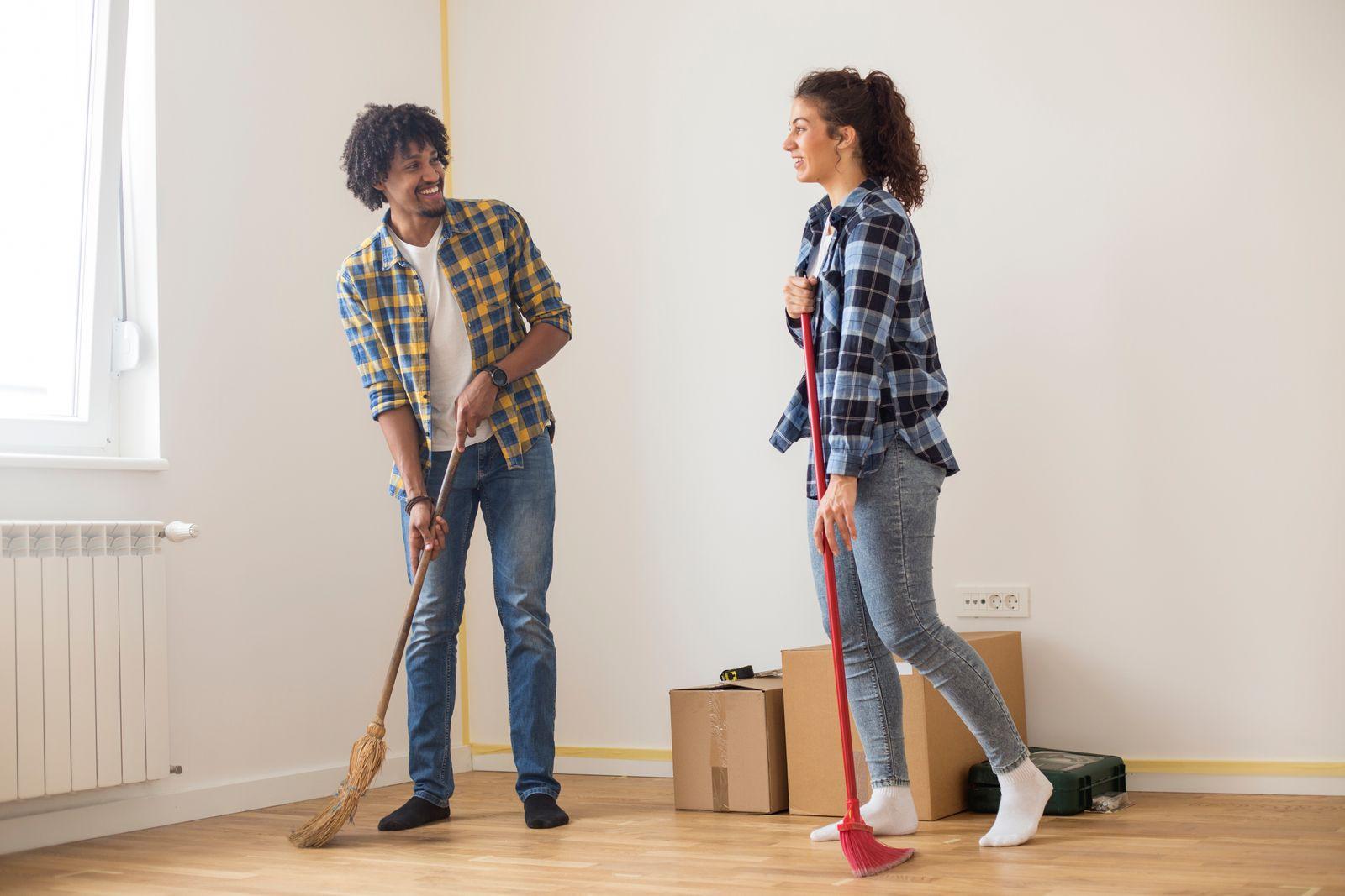 passer le balai dans un nouvel appartement après un déménagement