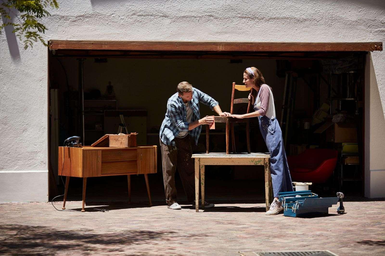 remettre ses meubles à neuf dehors, sabler chaise en bois