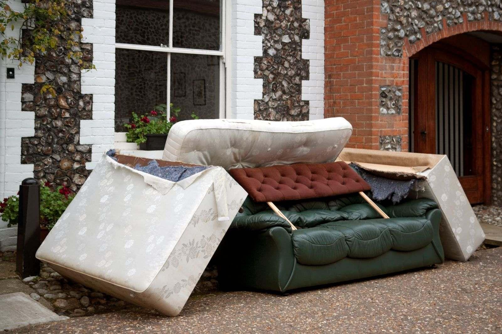 vieux meubles et matelas en bordure de route après un déménagement