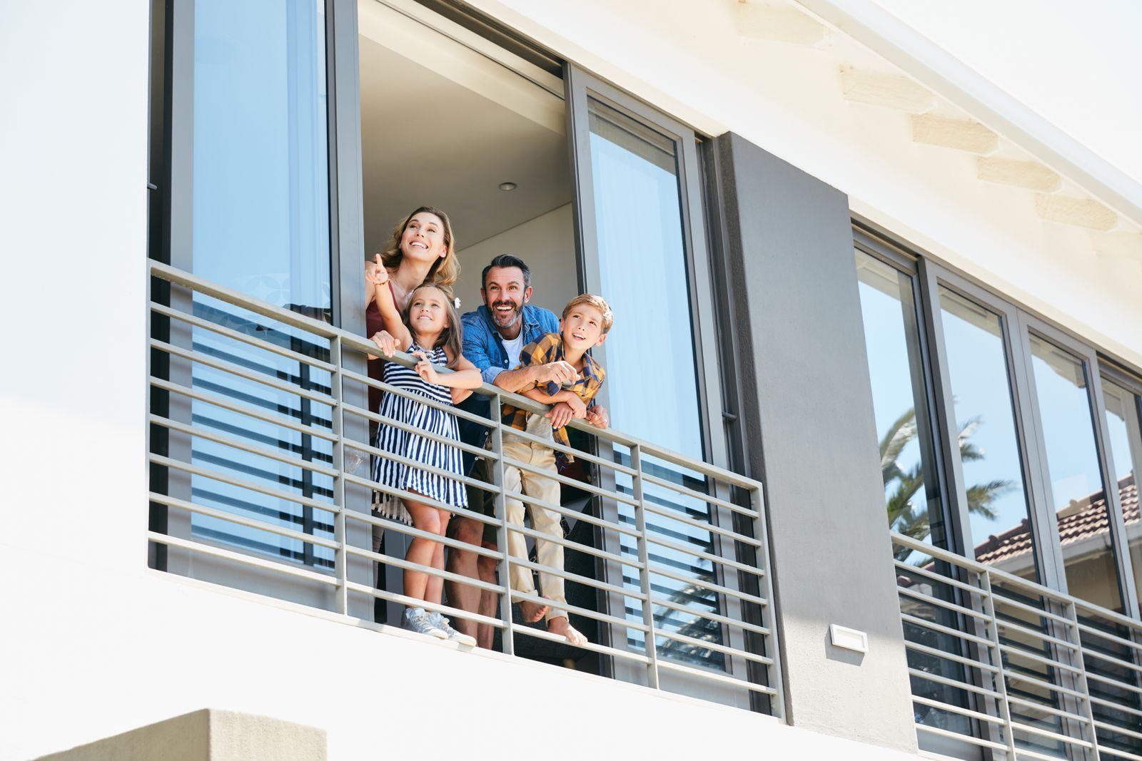 famille sur le balcon d'un condo