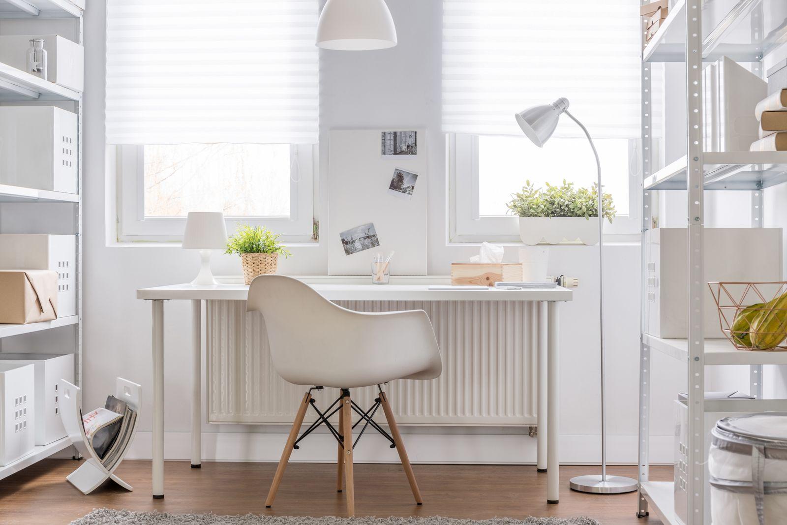 Bureau à domicile blanc avec un bon éclairage