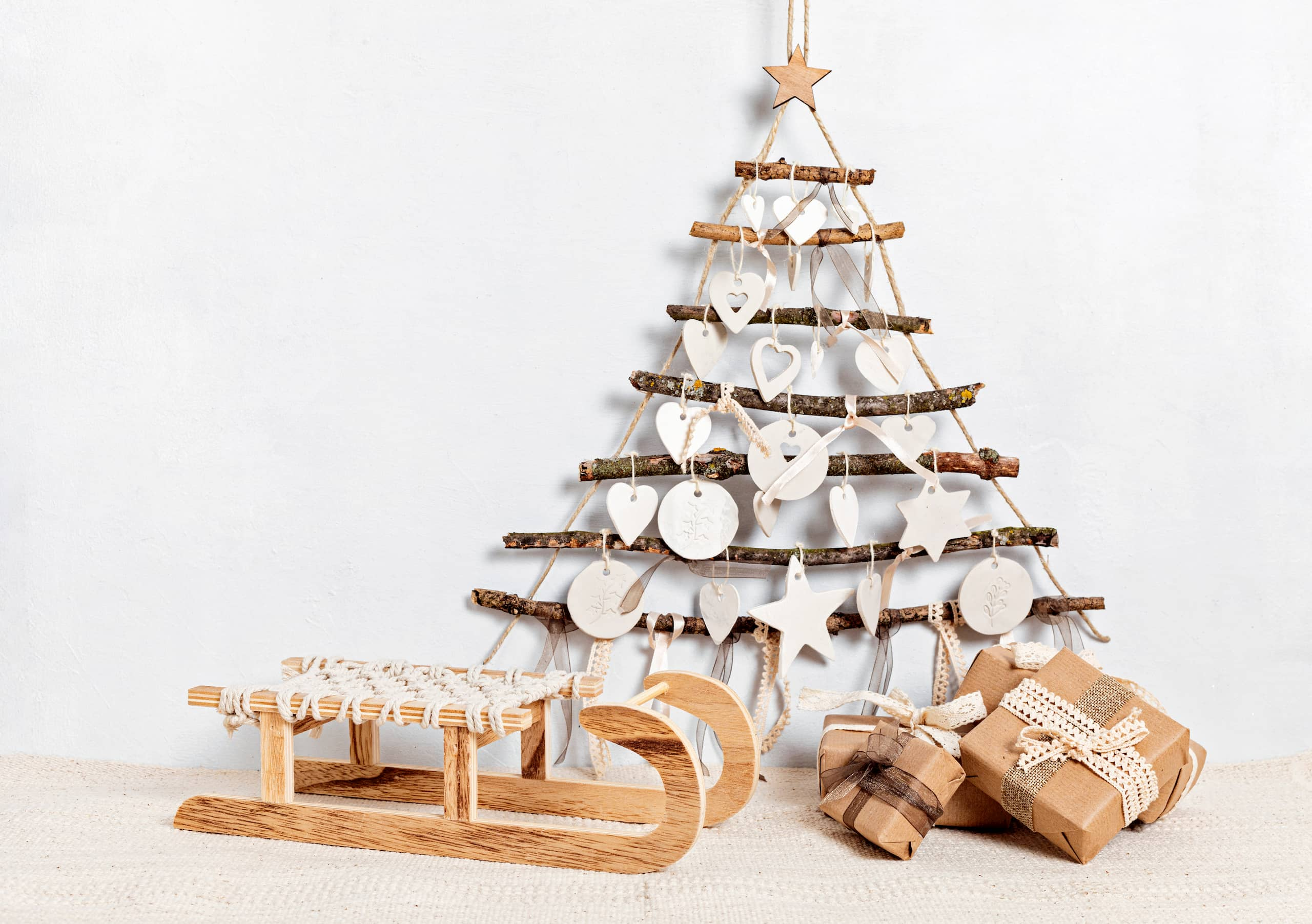 Sapin de Noël original en bois sur fond blanc