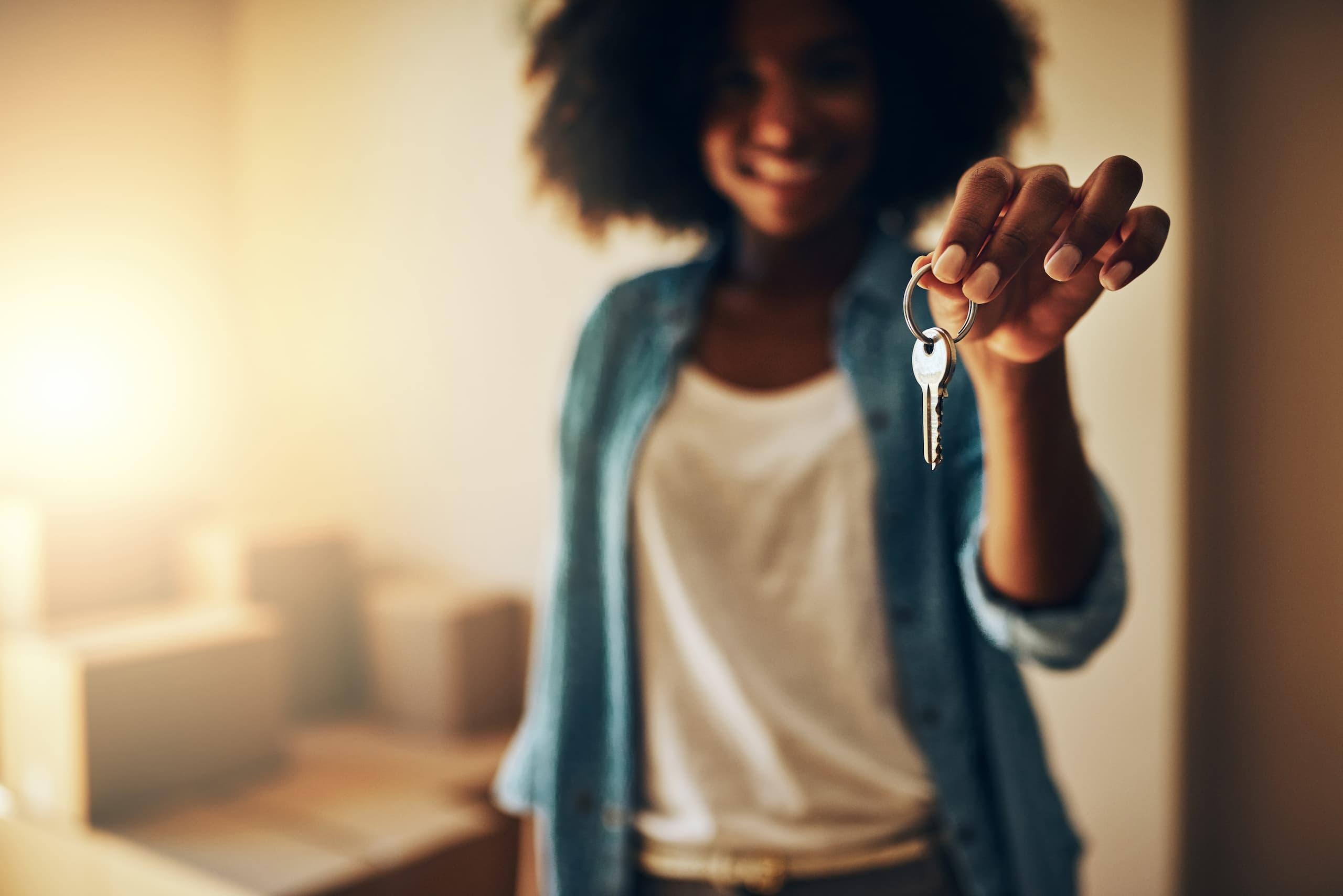 Femme tenant des clés
