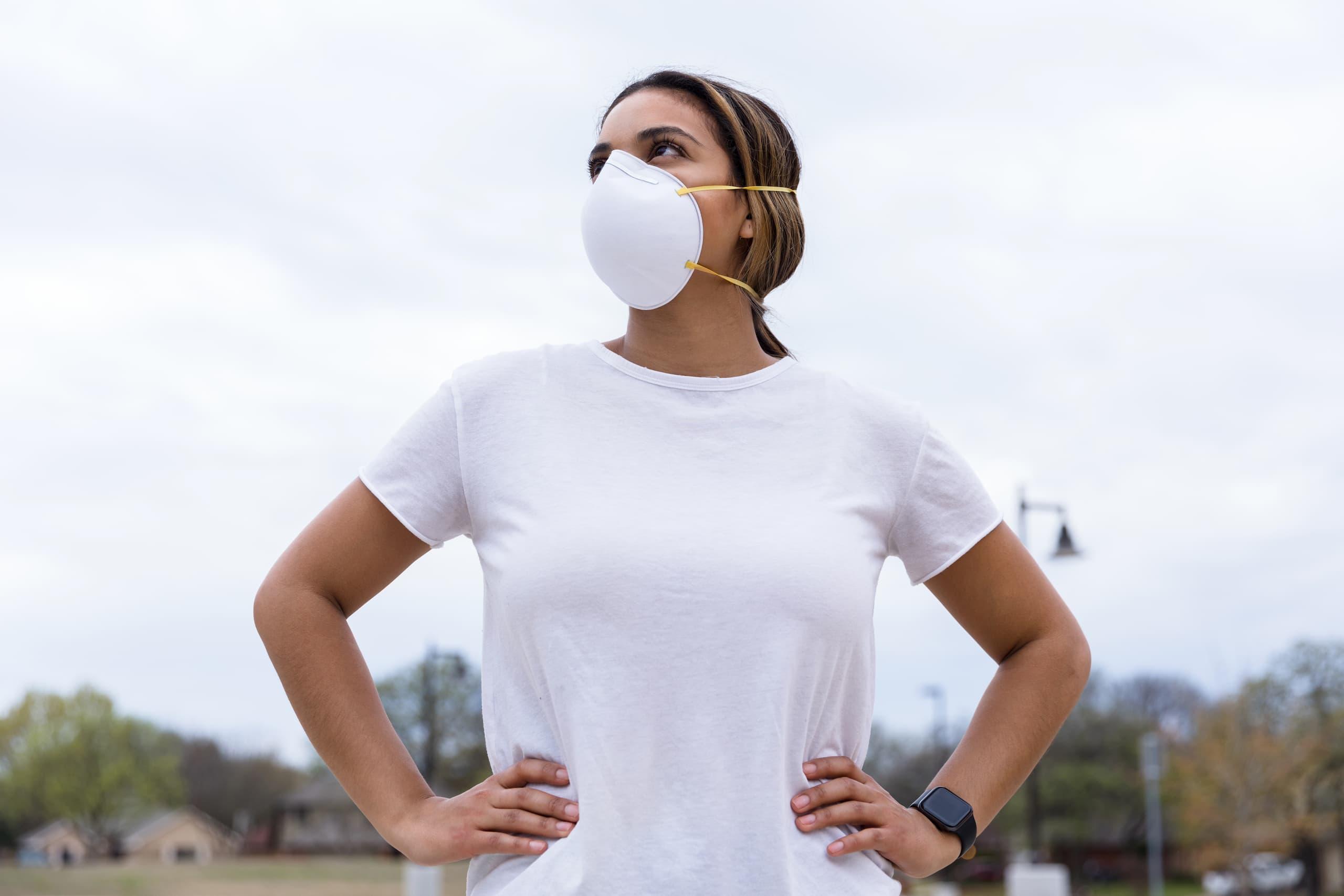 Jeune femme portant fièrement un masque