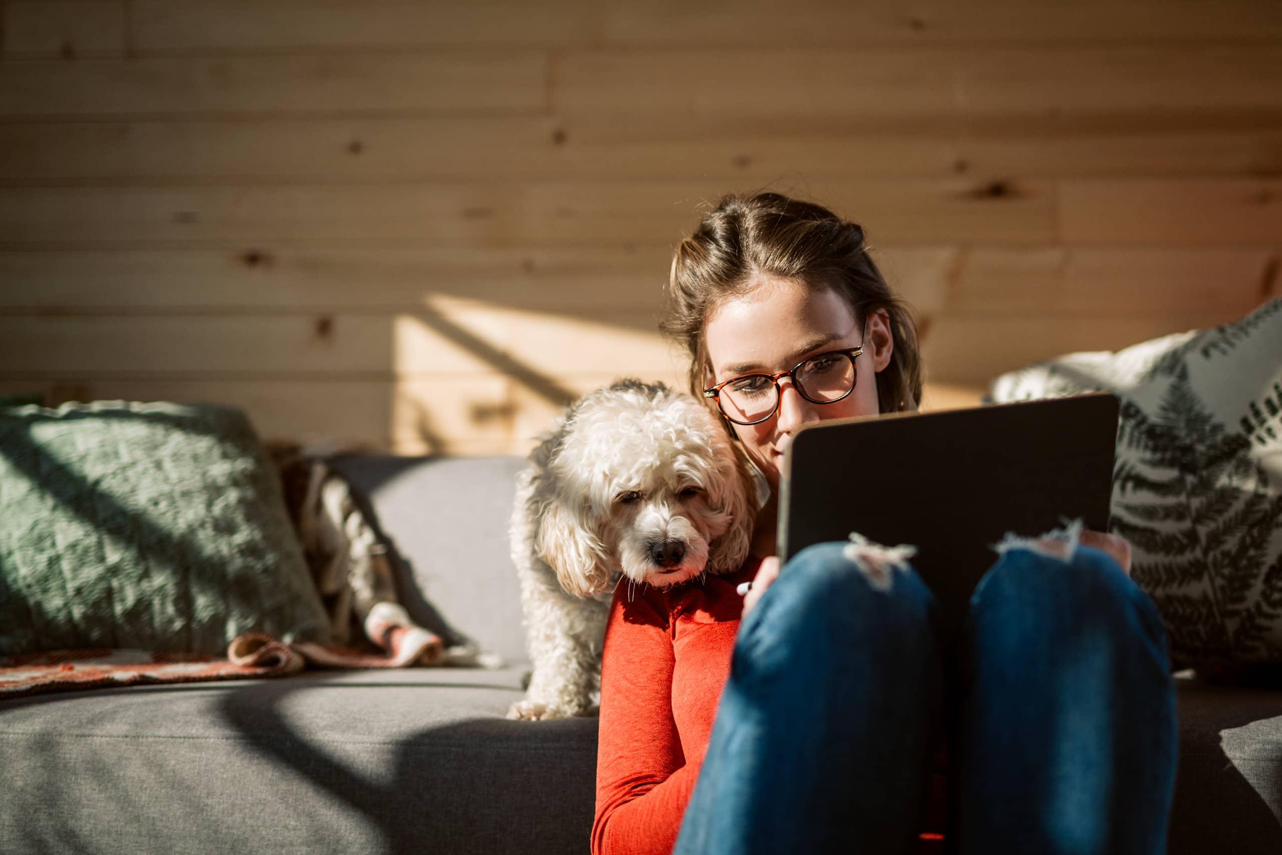 Femme qui regarde sa tablette avec son chien