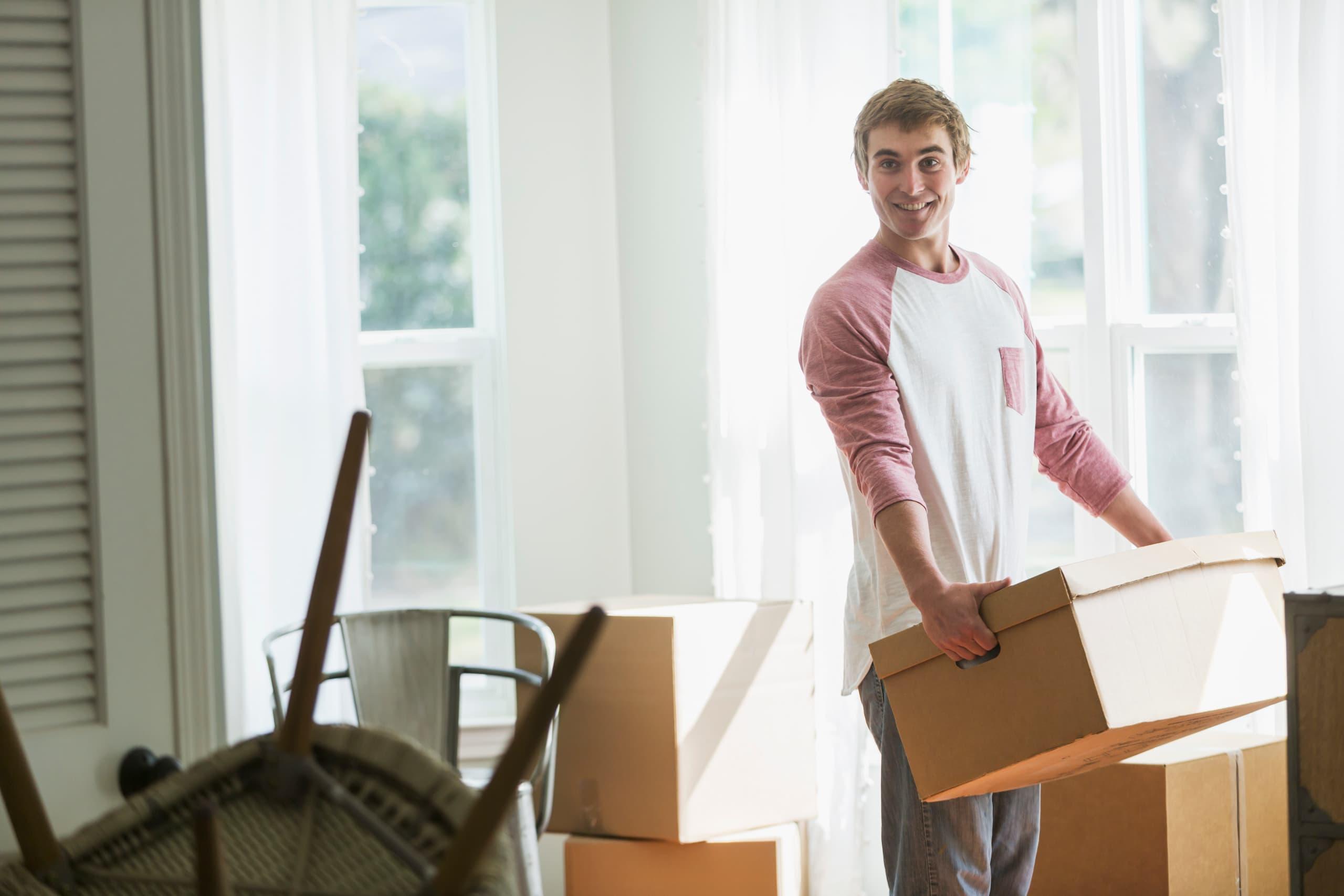 Jeune homme pendant un déménagement