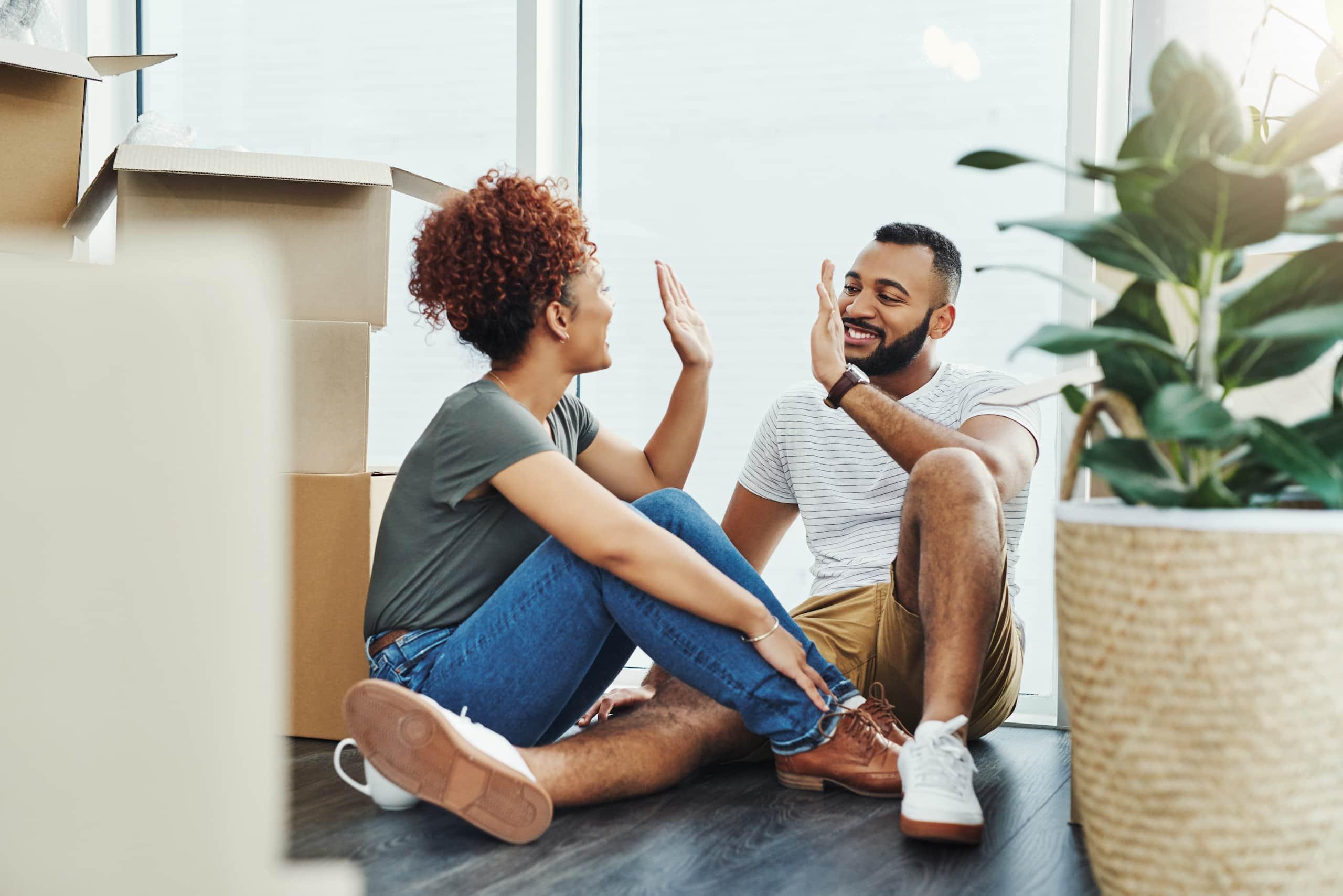 Couple heureux pendant un déménagement